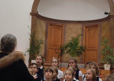 Kis kórus énekel